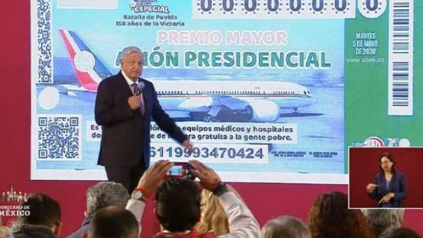 López Obrador presenta boleto de la rifa del avión