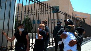 Familiares de pacientes aguardan afuera del hospital