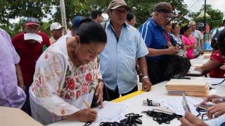 Mujer participa en consulta sobre Tren Maya
