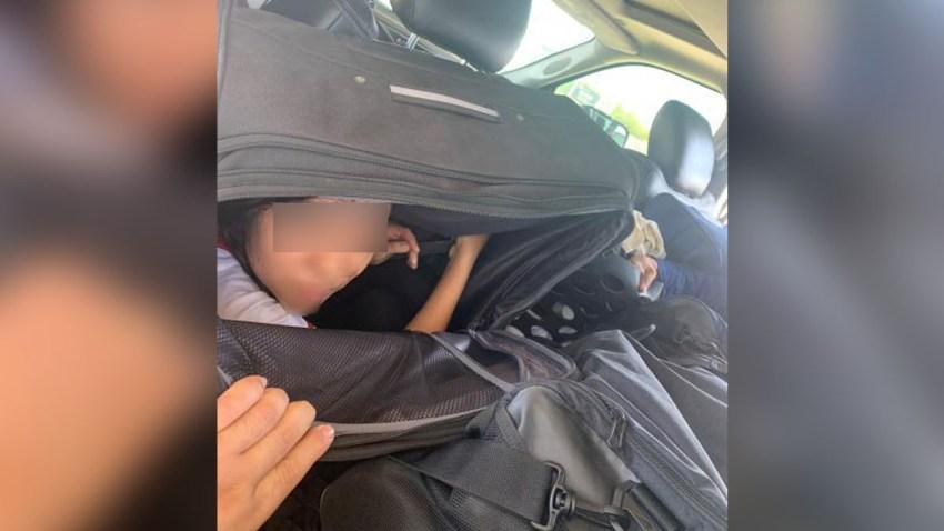 Hallan migrantes adentro de maletas