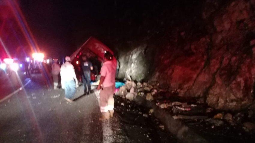 Personas ven autobús accidentado en Chiapas