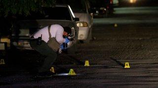 Peritos en escena de crimen en Ciudad Juárez