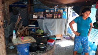 Mujer migrante en campamento en Matamoros