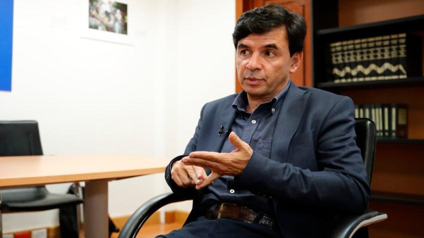 Jesús Ramírez, portavoz de AMLO, sentado, durante una entrevista