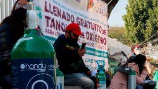 Personas aguardan para llenar tanques de oxígeno en Ciudad de México