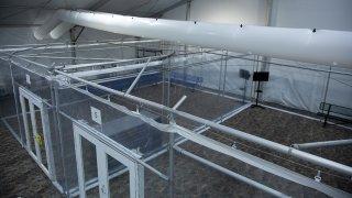 interior del centro de procesamiento en Donna con espacios divididos
