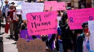 Cartulinas en protesta por el feminicidio de una médica mexicana