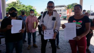 Migrantes en Chiapas muestran documentos