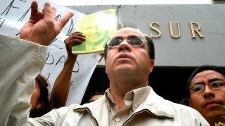 Político mexicano René Bejarano saluda con la mano en alto al salir de prisión