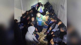 Migrantes hallados en camiones en Laredo