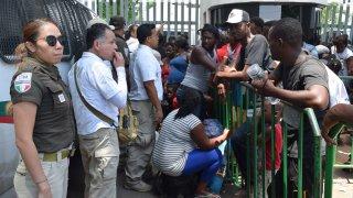 Migrantes con autoridades mexicanas en Chiapas