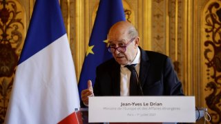Canciller francés detrás de un atril con su nombre