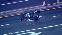 La policía dijo que el conductor del auto fue trasladado al hospital donde posteriormente murió.