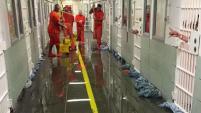 La queja legal surge tras un problema en una tubería que según los prisioneros causó una inundación en las celdas.
