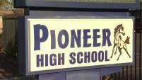 Un maestro de la preparatoria Pioneer en San José fue arrestado por presunta conducta inapropiada con un estudiante del plantel.