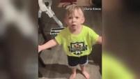 """""""¿No te dio un beso y se fue trabajar? ¿Qué clase de madre hace eso?"""", respondió el padre en el cómico video..."""