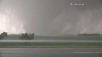 Este video fue grabado en el condado de Dickson, Kansas donde varios tornados tocaron tierra este miércoles.  En este video se ve un tornado de media milla...