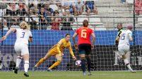 La capitana Megan Rapinoe logra anotar al minuto 6 contra España tras un tiro penal.