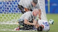 El mediocampista Rodrigo Rojas de Paraguay intentó detener el próximo gol de Qatar pero terminó ayudando a su rival.