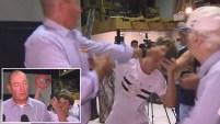 El senador respondió a puñetazos al adolescente en plena conferencia de prensa. Mira el video.