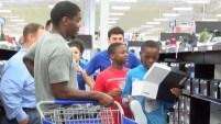 Kerryon Johnson de los Detroit Lions le entregó a cada jovencito una tarjeta de regalo de $100 antes de el regreso a clases.