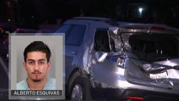 Conductor huye tras chocar contra carros estacionados