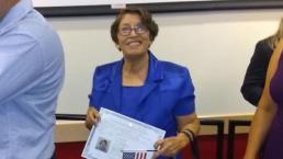 Hispana de 79 años celebra hacerse ciudadana tras tres décadas en EEUU
