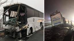 Terror en la vía: camión se vuelca y choca con autobús lleno de ancianos