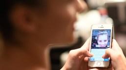 """Baja el teléfono: cómo la luz azul de tu teléfono podría """"envenenar"""" tus ojos"""
