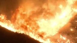 Incendio arrasa al menos 22,000 acres y moviliza a 1,600 bomberos