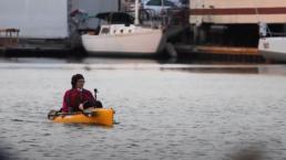 Mujer utiliza kayak para transportarse al trabajo en Richmond