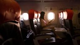 Vuelo de pesadilla: olvidan a pasajera dormida y la dejan encerrada en el avión