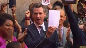 Gobernador firma ley para limitar tiroteos policiales en CA