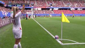 Inglaterra aprovecha tiro de esquina y mete el tercero