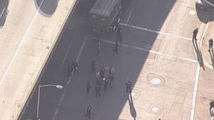 Policía de Oakland recibe puñalada en el cuello