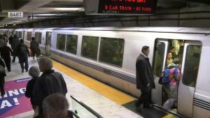 Durante robo arrastran a una persona fuera de tren del BART