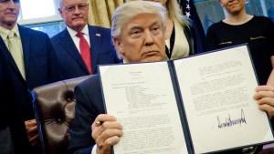 Lo que revela la firma de Donald Trump