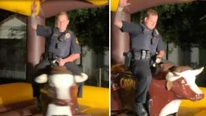 En video: oficial acaba montando el toro mecánico en fiesta de Texas