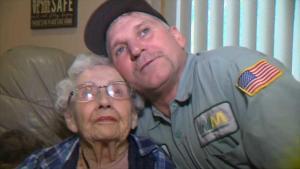 Colector de basura salva a anciana durante incendio Camp