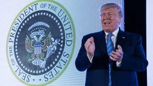 Misterio: sello presidencial aparece con palos de golf