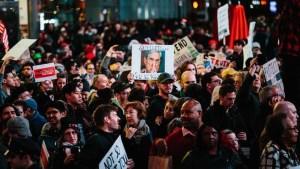 Manifestantes piden que siga la investigación sobre Rusia