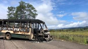 Narcotraficantes bloquean carreteras en Michoacán
