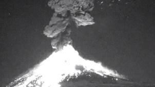 En video: volcán Popocatépetl lanza lava, cenizas y gases