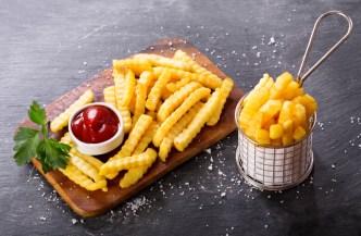 Niño queda ciego tras dieta extrema de papas fritas