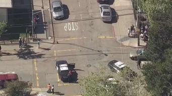 Auto se estrella contra escuela en Oakland