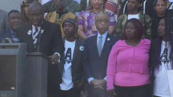 Familiares de joven baleado protestan en Sacramento