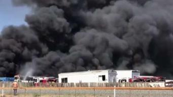 Incendio en centro de demolición de autos en Santa Rosa