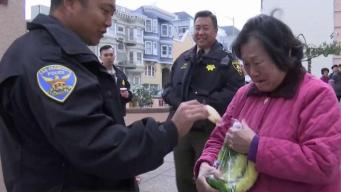 Oficiales entregan alimentos en Día de Acción de Gracias