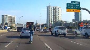 Insólito: hombre aparece en plena autopista con patineta