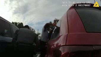 Rescatada bebé sola en un auto bajo calor extremo